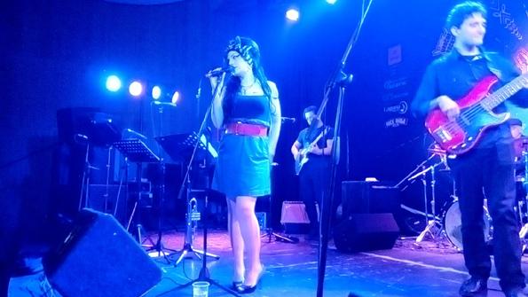 """Носталгична вечер во Станица 26: Трибјут бендот """"Amy's House"""" ни ја врати магијата на единствената Ејми Вајнхаус"""