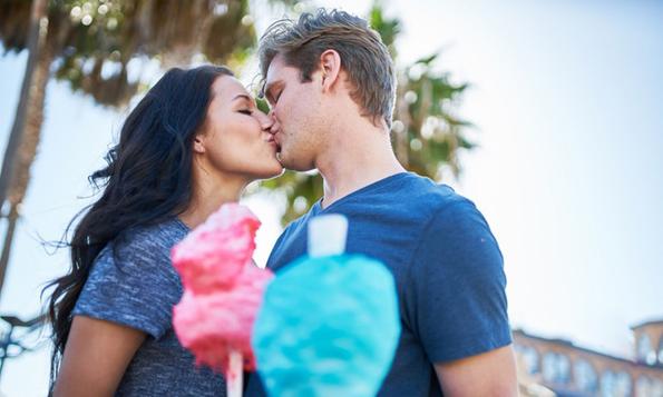 7 неверојатни работи што му се случуваат на вашето тело кога за прв пат ќе бакнете некого