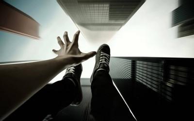 Како да преживеете смртоносен пад од голема висина?