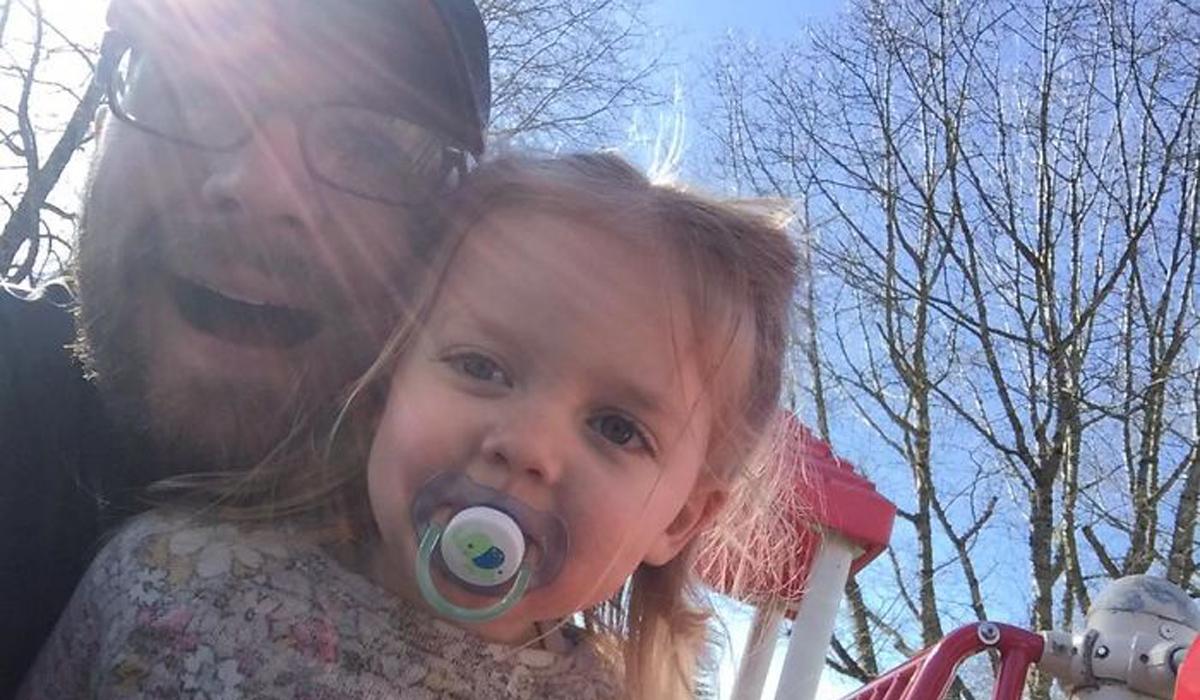 Татко ја врзал ќерка му на ланец и неговото објаснување за оваа постапка предизвикало поделени мислења