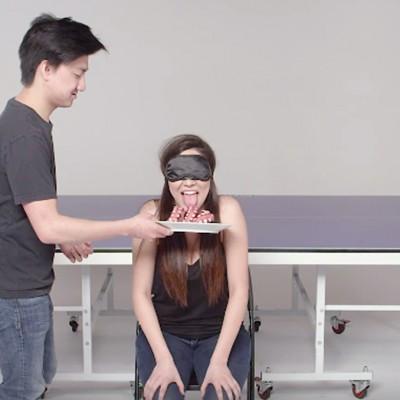 Луѓе кои не се познаваат меѓусебно играат пиво-понг со предизвици