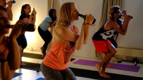Физичка активност што ќе им се допадне и на најголемите мрзливци: Јога со пиво!