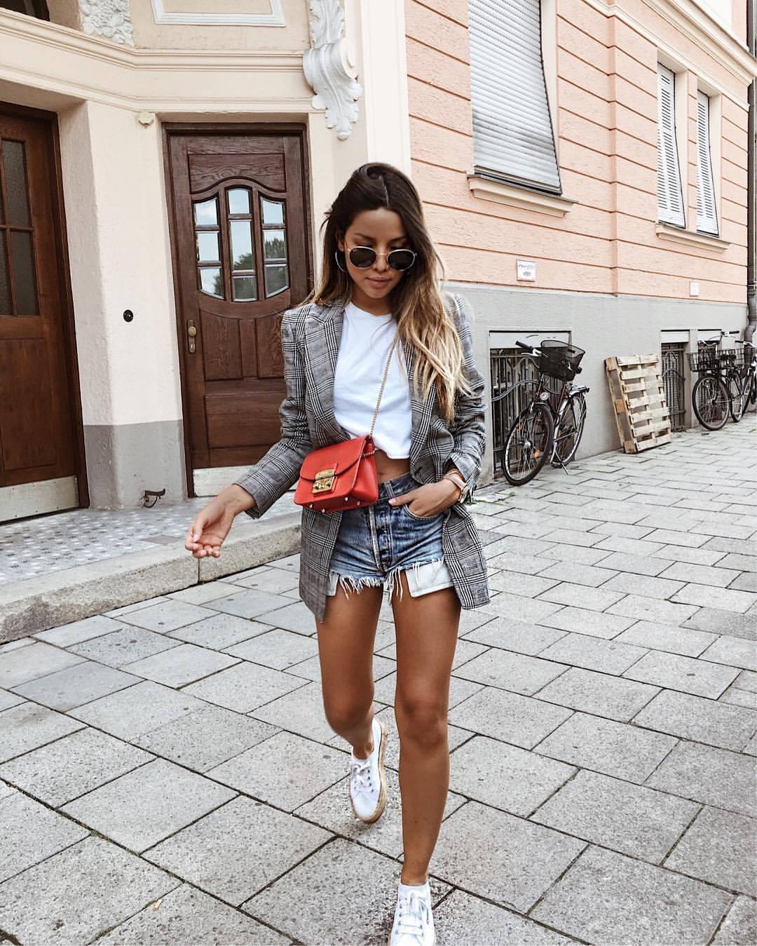 3-ne-propushtajte-da-ja-isprobate-najpopularnata-modna-kombinacija-za-premina-na-sezonata-www.kafepauza.mk_