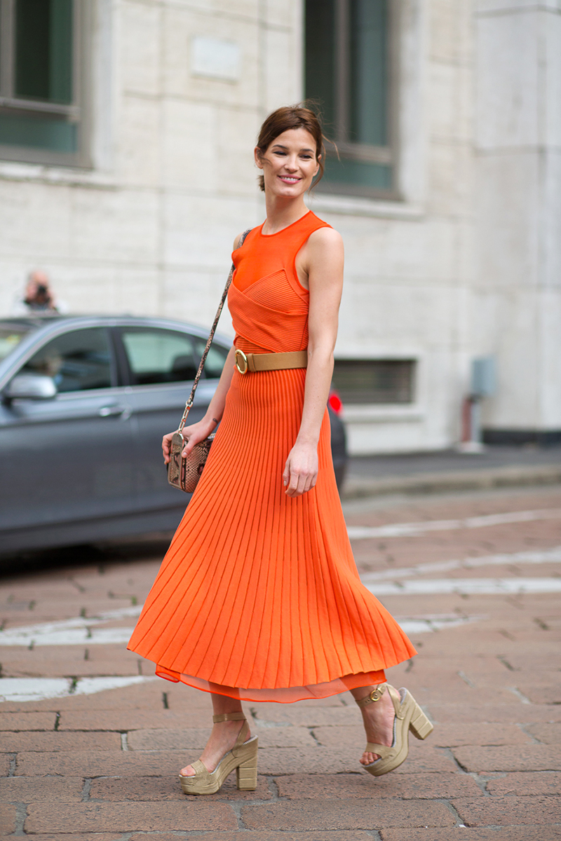 5-vo-avgust-dominira-portokalovata-boja-eve-kako-ja-kombiniraat-zhenite-so-stil-www.kafepauza.mk_