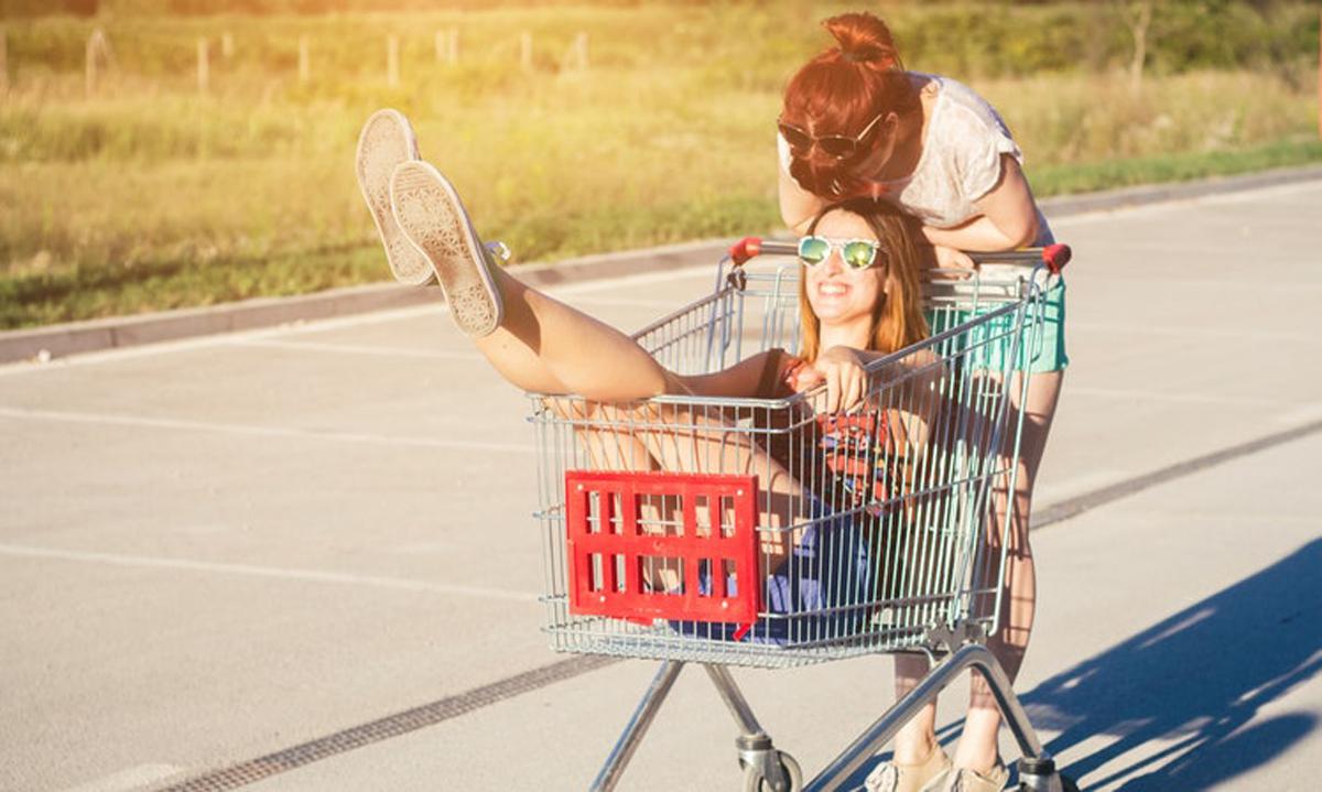 8 необични работи што сестрите се секогаш подготвени да ги направат една за друга