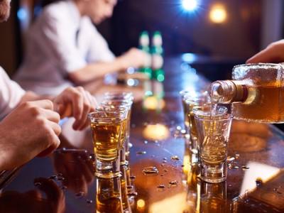 Научно докажано: Кој алкохолен пијалак ќе ви помогне да се чувствувате посекси?