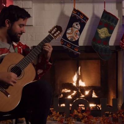 """Извонреден музички микс од божиќни песни и """"Војна на ѕвездите"""" отсвирен на гитара"""