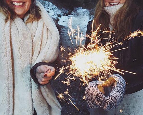 Генијални идеи за фотографии со огнени прскалки кои ќе ви помогнат да блеснете на новогодишната ноќ!