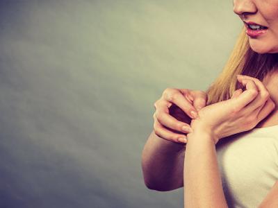 Народни верувања: Што значи ако ве зачеша лактот или прстите?