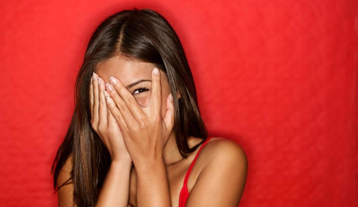 Обрнете внимание: Срамежливите луѓе флертуваат на многу суптилен начин!