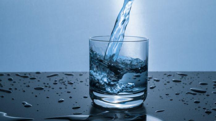 Сирова вода: Најновиот тренд кој можеби е опасен по здравјето