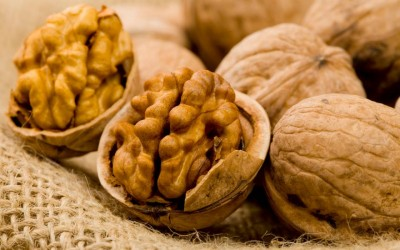 Сите го фрламе овој дел од оревот, а неговите моќи за лекување болести на срце се неверојатни!