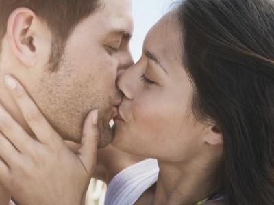 Игри со бакнување што ќе ве вратат во детството и ќе ви ја разгорат врската