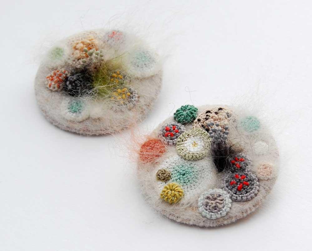 (3) artistka-gi-pretvora-muvlata-i-bakteriite-vo-unikatni-parchinja-umetnost-www.kafepauza.mk