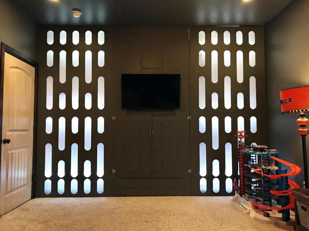 """Под екранот се наоѓа кутија за """"оружја"""" кафе што стојат играчките. ЛЕД светилките светат во разни бои."""