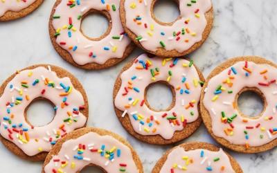 Колачиња во форма на крофни со глазура