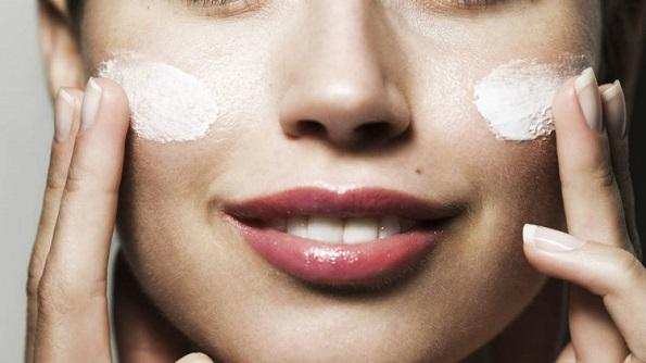Со помош на правилна нега и користење на квалитетни козметички, но и природни производи, ефикасно ќе ја спречите предвремената појава на брчки и ќе ја вратите еластичноста, особено ако се работи за сува кожа.