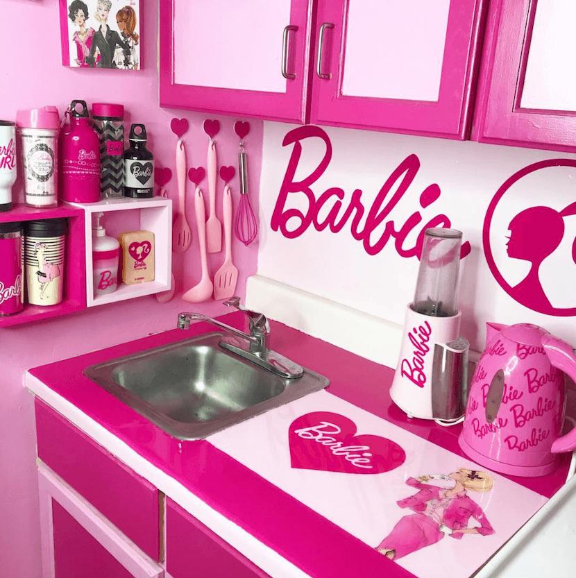 Погледнете како изгледа домот на голем фан на Барби куклата