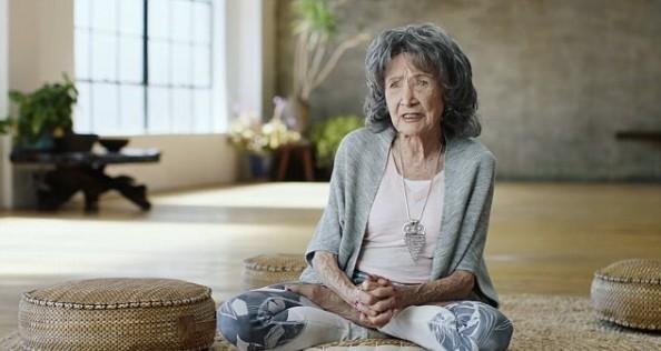 Најстарaтa јога инструкторкa на светот ја споделува својата тајна за долг и здрав живот