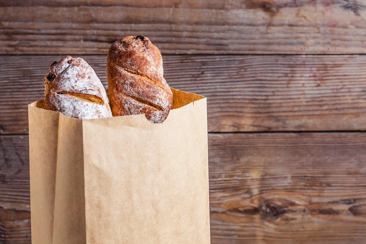 Зошто свежиот леб се продава во хартиени кеси