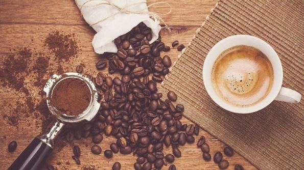 Како влијае кофеинот врз вас и колку може навистина да ве држи будни?