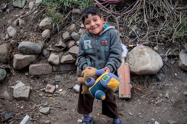 Фотографииве ќе ве подзамислат: Деца од сиромашни и богати семејства ширум светот ги покажуваат омилените играчки