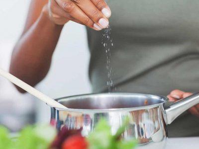 Како да ја зачините храната, а да употребите што помалку сол?