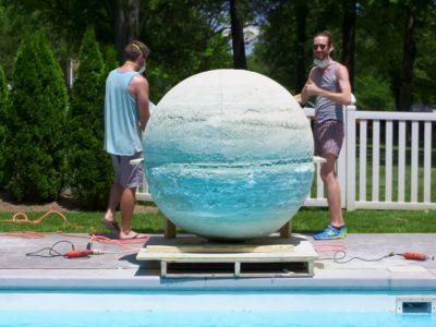 Погледнете што ќе се случи ако фрлите пенлива бомба за капење од 900 кг во базен?