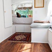 Девојка претворила стар автобус во неверојатен подвижен дом