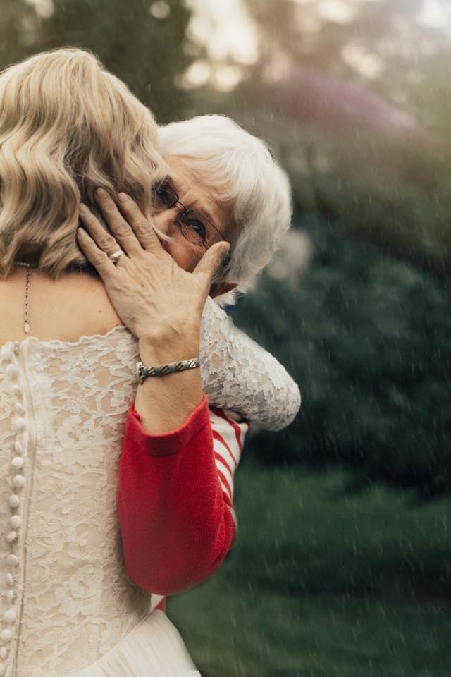 Девојка ја изненадила баба ѝ носејќи ја нејзината венчаница