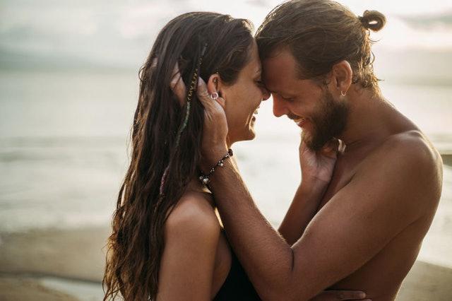 Зошто вљубувањето во лето e поразлично од вљубувањето во која било друга сезона?