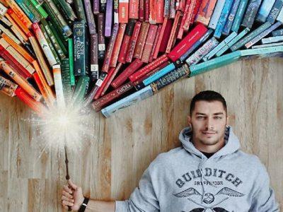Овој сексапилен љубител на книги ја претвора неговата масивна библиотека со книги во креативна уметност