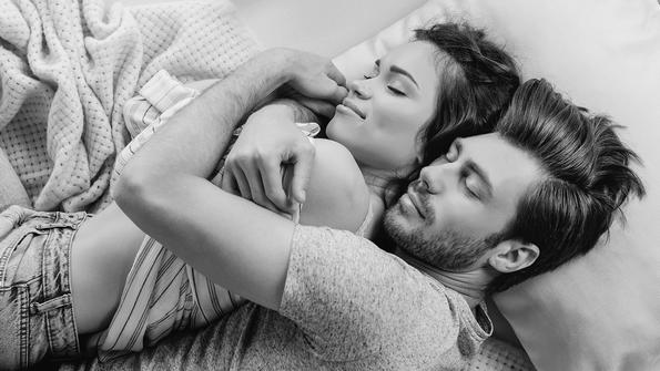 Кои се 10 те здравствени придобивки од спиењето покрај личност што ја сакате