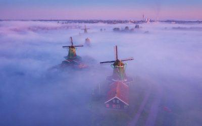 Фотограф прави магични фотографии од холандските ветерници и магла
