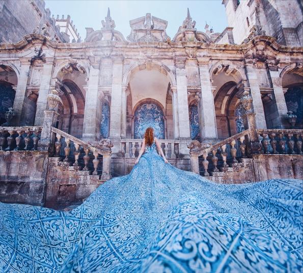 Феноменални фотографии од девојки облечени во маркантни фустани на познати светски локации