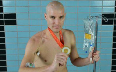 Овој маж испливал неверојатни 163 км за 55 часа а причината зад тоа ќе ви го стопи срцето