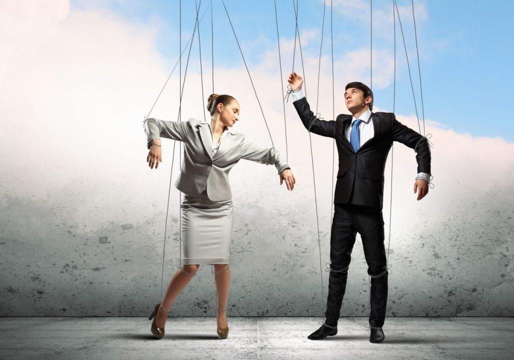 16 манипулативни тактики со кои општеството влијае, го менува и го контролира вашето однесување