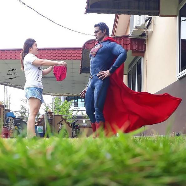 Момче прави генијални фотографии со суперхерои
