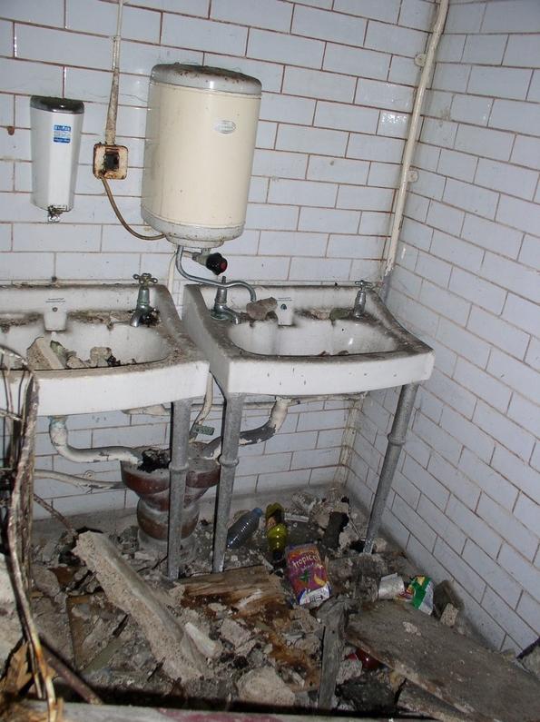 Англиска архитектка претворила напуштен јавен тоалет во фантастичен дом за кој сите сонуваме
