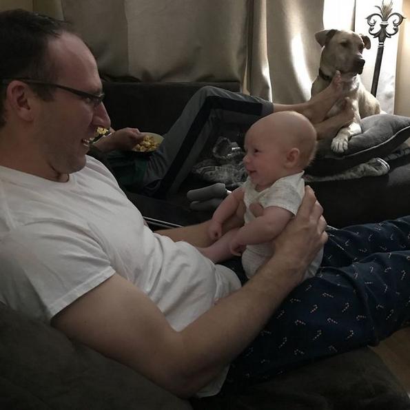"""Мајка објаснува како """"досадната"""" порака што му ја испратила на сопругот, му го спасила животот на нивното бебе во сообраќајка"""