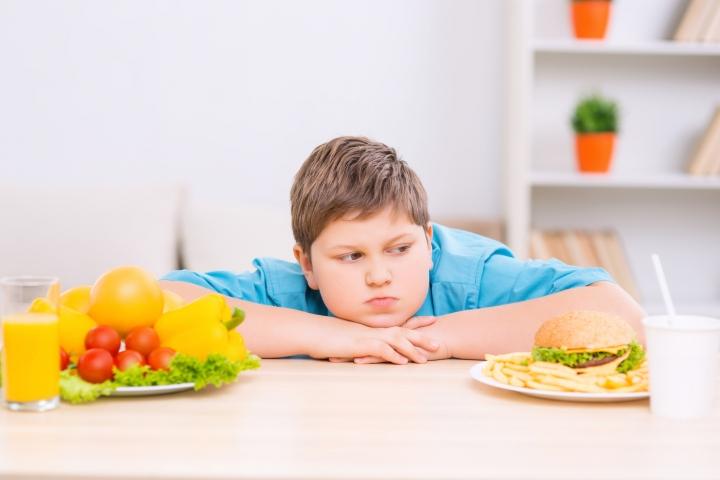 Како родителите ги здебелуваат своите деца и како вие да го избегнете тоа?