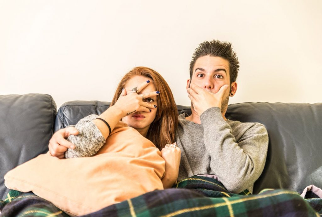 12 причини зошто жените кои гледаат хорор филмови се најдобрите партнерки