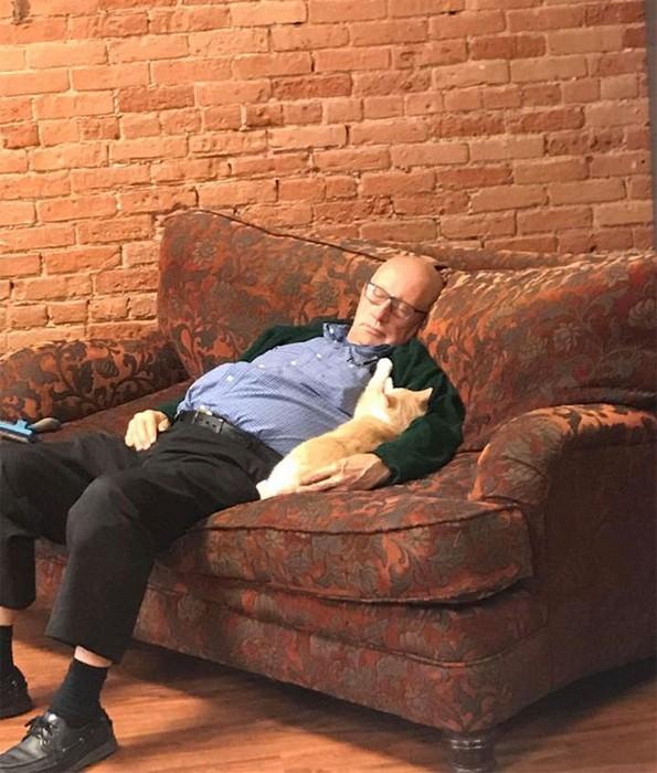 75-годишен маж волонтира и преспива со мачки во засолниште