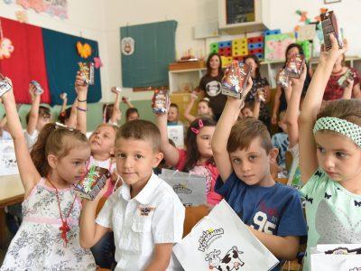 Традицијата со Моја Кравица продолжува: Бимилк повторно ги изненади првачињата и им посака сладок почеток на учебната година