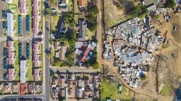 Фотограф користи дрон за ја покаже нееднаквоста на начинот на живеење низ целиот свет