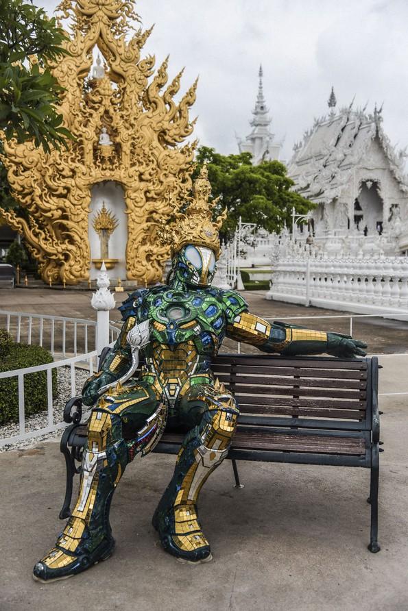 Неверојатен бел храм во Тајланд што ги претставува рајот и пеколот