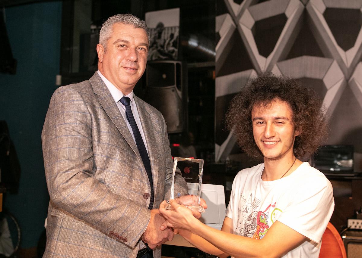 """Филип Димишковски доби признание од """"Катар ервејс"""" за најдобар млад џез-музичар"""