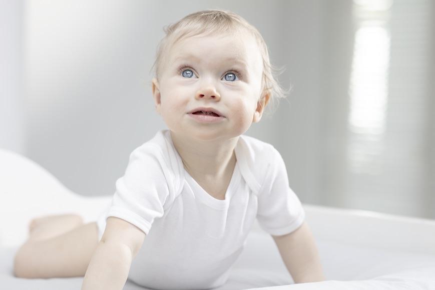 Како можам да ги третирам деловите со многу сува кожа на моето бебе?