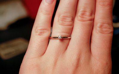 Жена решила јавно да го посрами својот вереник откако дознала колку чинел прстенот