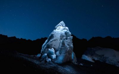 Неверојатни ноќни фотографии од глечери осветлени со ЛЕД светилки